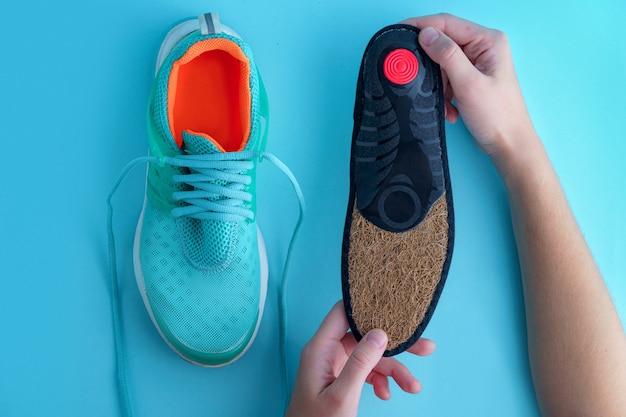Orthopädische einlegesohlen für turnschuhe. prävention und behandlung von plattfüßen. fußpflege und bequeme sportschuhe tragen