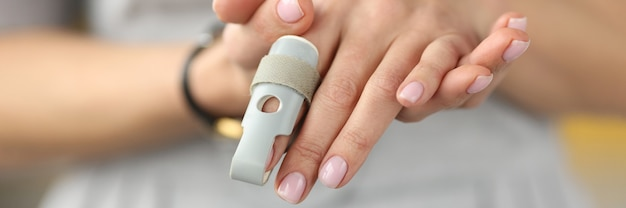 Orthopädische orthese zur fixierung der gelenke der handfingernahaufnahme. wiederherstellung des bewegungsapparatkonzeptes