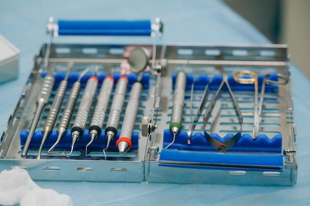 Orthopädische werkzeuge für zahnärzte. chirurgisches set für zahnimplantation