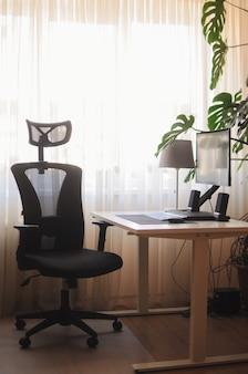Orthopädischer stuhl für die arbeit zu hause. minimalismus einfaches home-office-interieur mit pflanzen.
