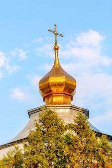 Ortodoxe kirchenkuppel in moskau während des sonnigen sommertages