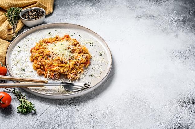 Orzo-nudeln, risone mit bolognese-sauce und rinderhackfleisch