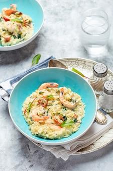 Orzo pasta ala risotto mit königsgarnelen, sonnengetrockneten tomaten und spinat