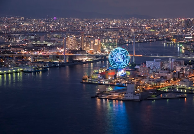 Osaka bay in der abenddämmerung, blick auf cosmo tower, osaka japan