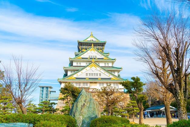 Osaka castle an einem sonnigen tag