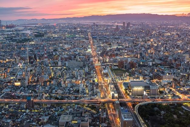 Osaka, japan - 12. juni 2017: osaka stadtbild blick 300 meter über dem boden, japan. osaka ist die zweitgrößte metropolregion japans. blick von abeno harukas, dem höchsten wolkenkratzer japans.
