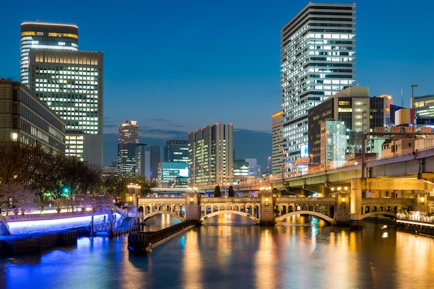 Osaka-wolkenkratzergebäude in nakanoshima-bezirk nachts in osaka, japan