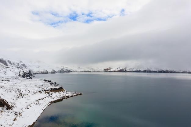 Oskjuvatn-see bei askja, island. zentrales hochland von island wahrzeichen. vulkanische aussicht