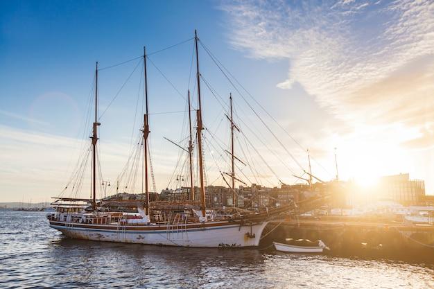 Oslo hafen mit booten und yachten in der dämmerung.