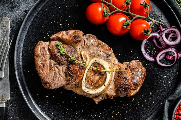 Osso buco fleisch mit tomaten auf einem teller