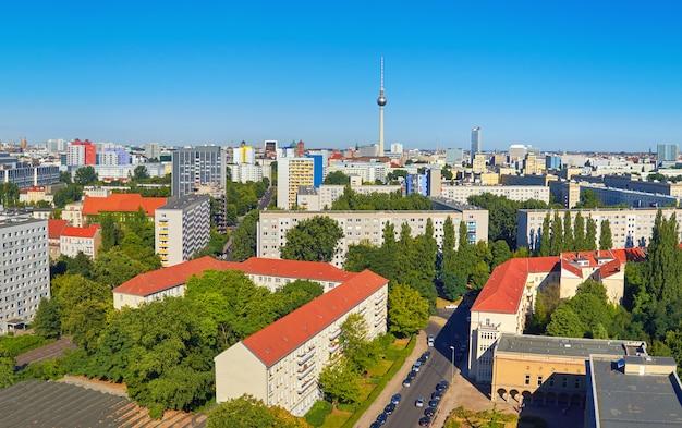 Ost-berlin von oben: panoramablick auf die skyline der stadt im sommer