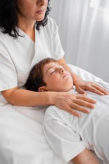 Osteopathin, die ein kind behandelt