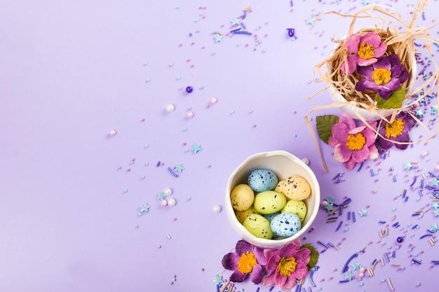 Osterdekor in pastellfarben. ostereier, süßigkeiten, süßigkeiten, blumen und eierschalen.