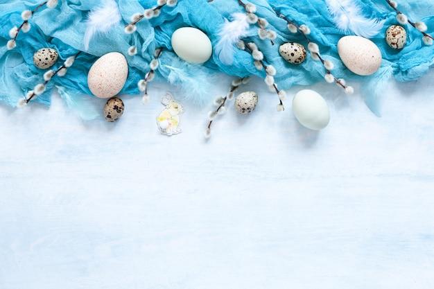 Osterdekoration und natürliche eier und weidenkätzchen. draufsicht
