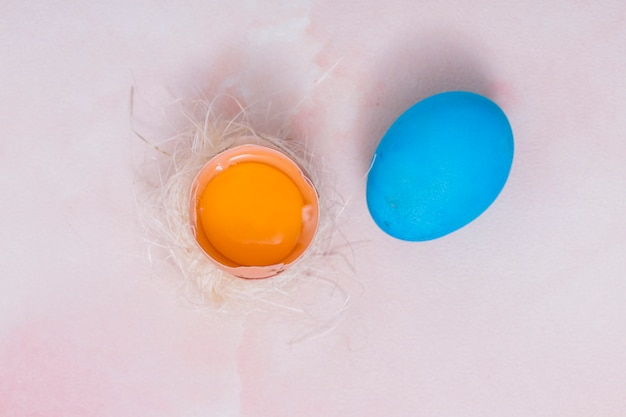 Osterei mit gebrochenem ei im nest