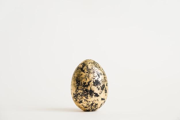 Osterei verziert mit dem goldenen potal lokalisiert auf weißem hintergrund