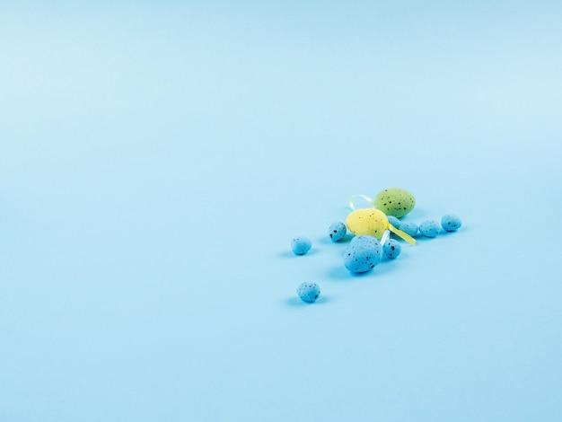 Ostereier auf blauem monochromem hintergrund
