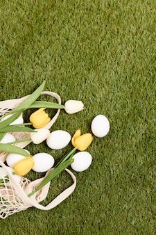 Ostereier auf dem grasfeiertagfrühlingschristentag. hochwertiges foto