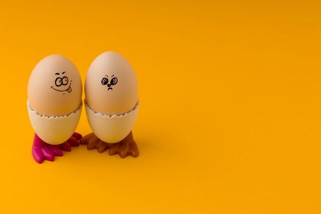 Ostereier emoticon charakter mit kopienraum.