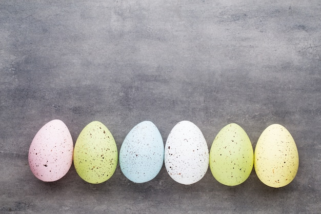 Ostereier gemalt in den farben auf einem musterraum.