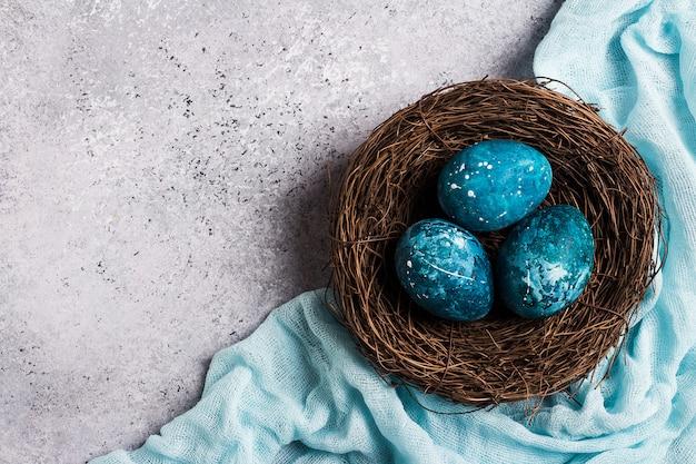 Ostereier im nest eigenhändig gemalt im blau
