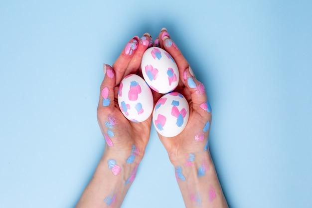 Ostereier mit aquarellpinselstrichen in den händen