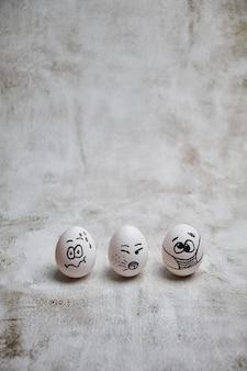 Ostereier mit covid 19-schutzkonzepten. diy ostereier mit gemalten lustigen gesichtern, die maske für osterferiendekoration tragen. selektiver fokus mit kopierraum.