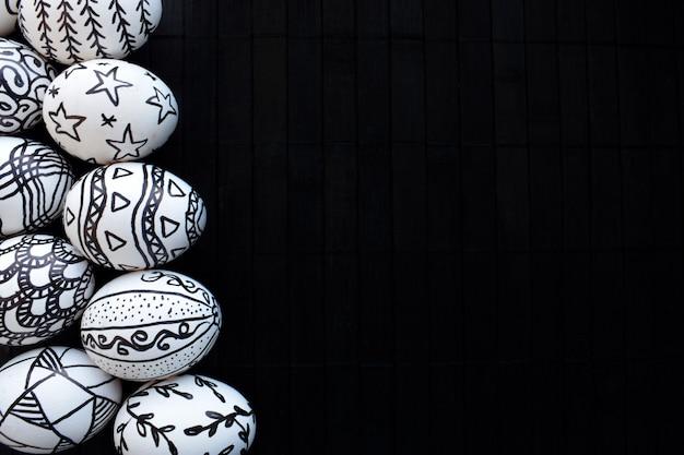 Ostereier mit den von hand gezeichneten verschiedenen gekritzelmustern