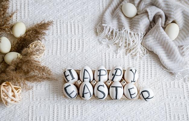 Ostereier mit der aufschrift frohe ostern, feiertagsdekor. stillleben mit gemütlicher osterstimmung.
