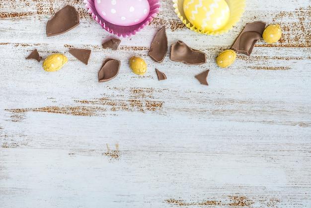 Ostereier mit gebrochener schokolade auf tabelle
