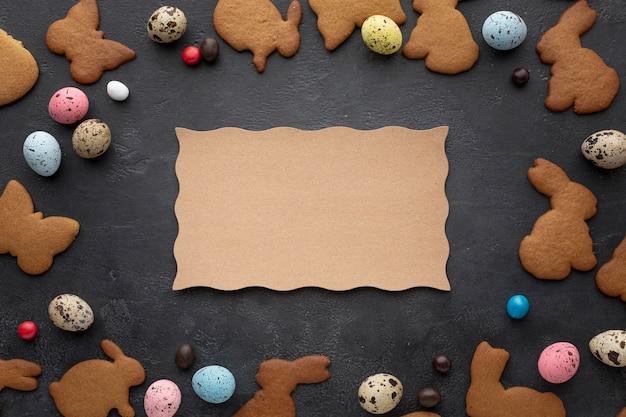 Ostereier mit hasenförmigen keksen und süßigkeiten