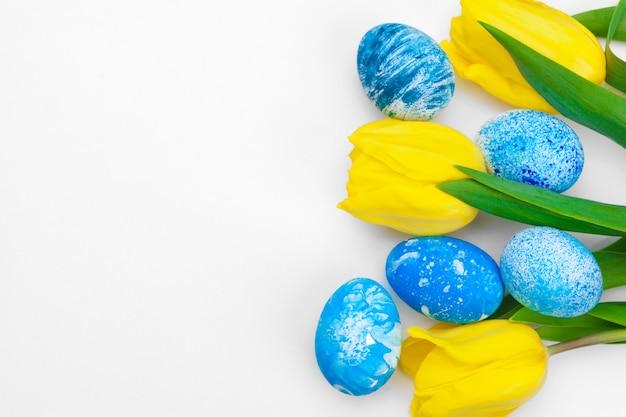 Ostereier mit tulpenblumen