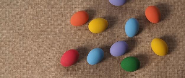Ostereier oder farbei. mehrfarbige ostereier auf dem hintergrund im studio mit nahaufnahmen, die viele farben wie gelb, grün, blau, lila, rot auf festeiern von kunstmalerei enthalten.