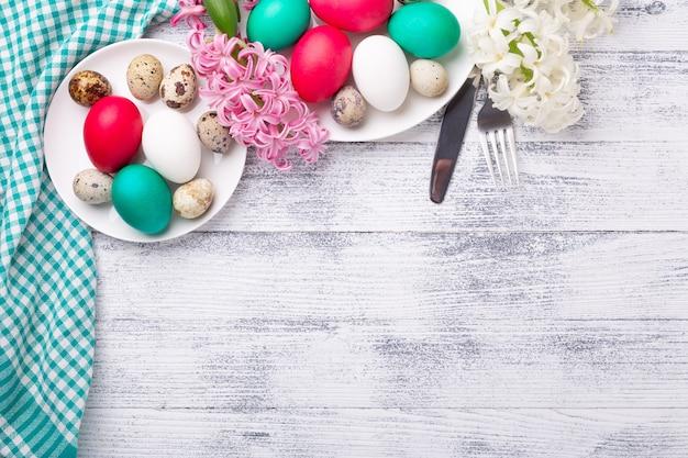 Ostereier, rosa und weiße hyazinthe auf hölzernem hintergrund. osterkonzept. draufsicht. speicherplatz kopieren - bild