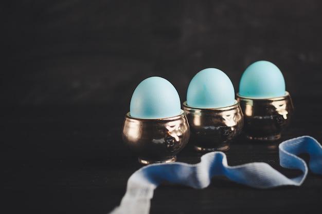 Ostereier, traditioneller feiertag auf holztisch