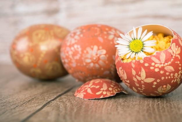 Ostereier und margarita blühen auf holz