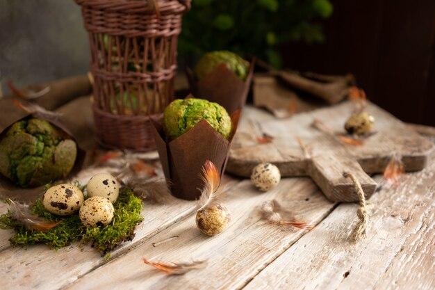 Ostereier und muffins mit pistazien in traditionellem rustikalem design.