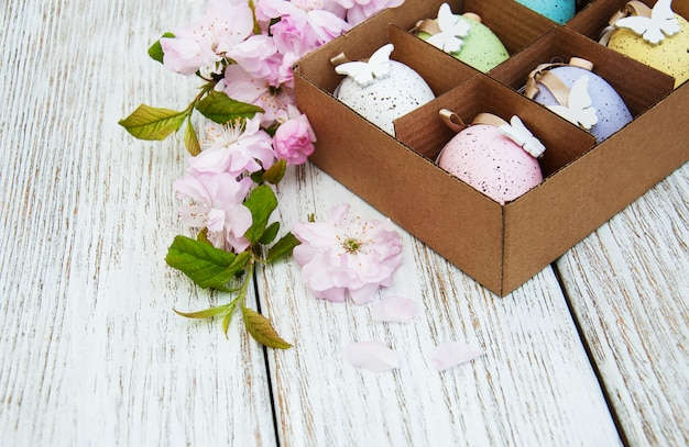 Ostereier und sakura-blüte