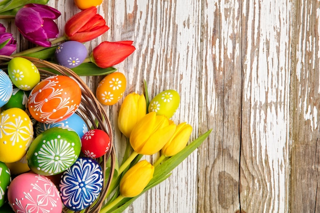 Ostereier und tulpen auf holzbohlen