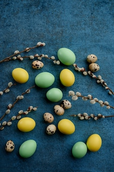 Ostereier und wildblumen. frühlingsblumen blühende und österliche nahrung, frische blumendekoration für feiertagsfeier, ereignissymbol
