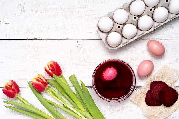 Ostereier werden mit natürlichem eierfarbstoff aus obst und gemüse, rübensaft gefärbt.