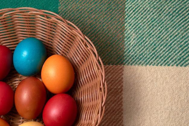 Osterfarbene eier auf dem jahrgang