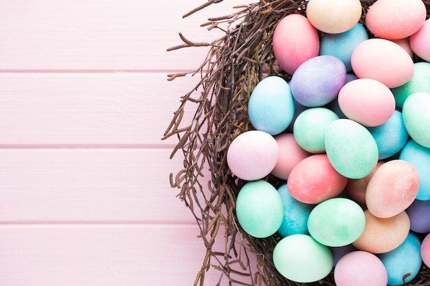 Osterfarbene eier auf dem weinlesehintergrund.