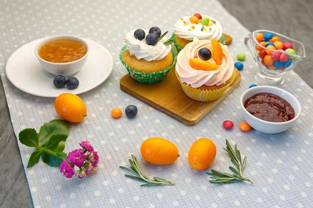 Osterferien desserttisch mit cupcakes, marmelade und süßigkeiten.