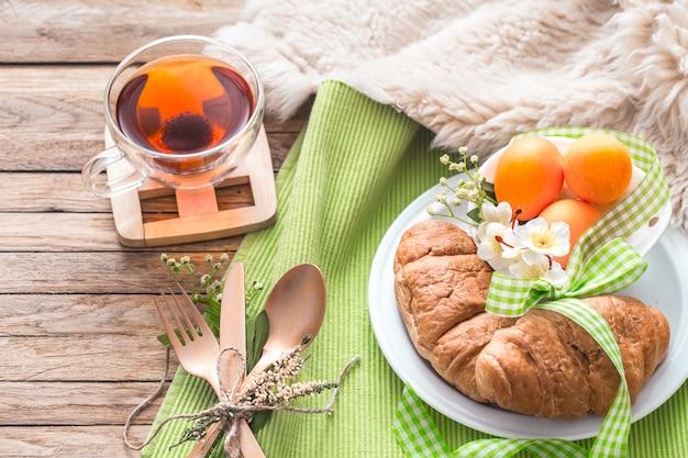 Osterfrühstück auf holzwand