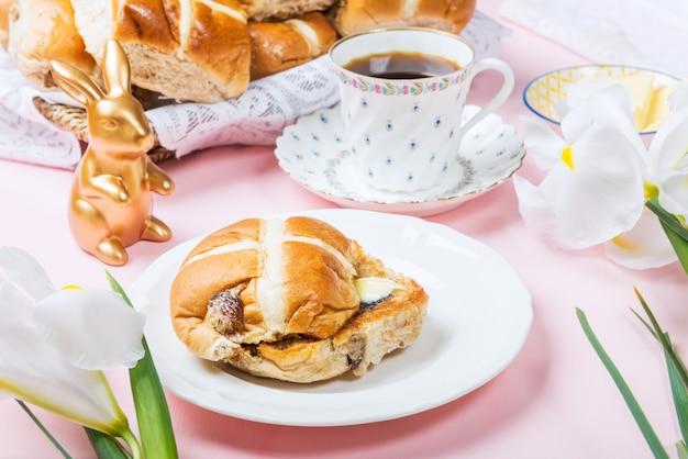 Osterfrühstück mit heißen kreuzbrötchen