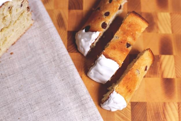 Ostergebäck und bunte eier auf einem tisch. frühlingszusammensetzung. traditionelles gebäck für orthodoxe feiertage.