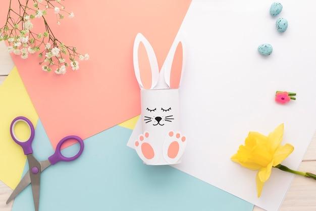 Osterhasen dekoration. papierschnitt diy urlaub weiß handgemachtes kaninchen. draufsicht, kopierraum. lustig flach.