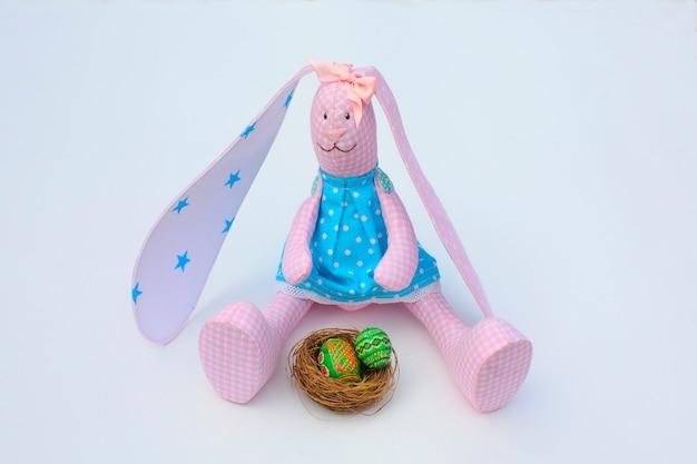 Osterhasen mit eiern aus textilien. Premium Fotos