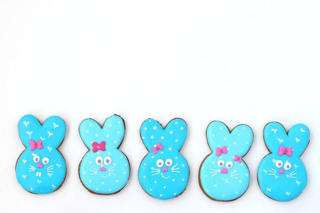 Osterhasen-zuckerkekse, entzückende tierische kekse wie ein niedliches blaues kaninchen auf weißer oberfläche